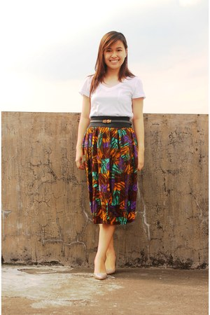vintage skirt - v-neck cotton mogao t-shirt - The Lyra Shoppe pumps
