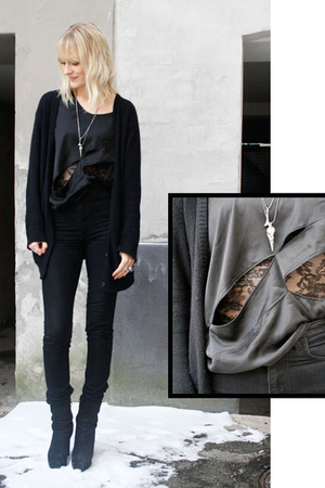 black acne jeans - black Veronica B Vallenes top - black acne boots