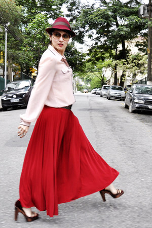 red Gallerys Bom Retiro skirt - brick red Pralana hat - light pink Zara shirt