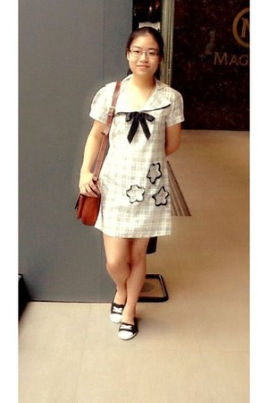black Converse shoes - white dress - brown bag - black Levis glasses