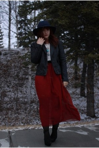 crimson thrifted skirt - navy american eagle outfitters hat