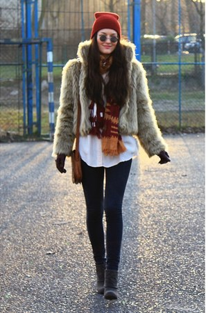 cream AE Woman Faux Fur jacket - gray Deichmann boots - ruby red no name hat