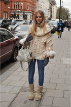 tan leather  bag - beige Ugg boots - navy skinny jeans