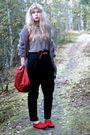Red-thrifted-shoes-black-gina-tricot-pants-white-zara-sweater-gray-frk-car