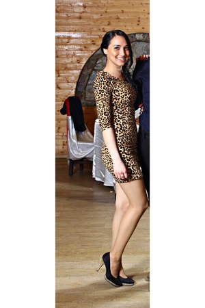 animal print dress - black heels