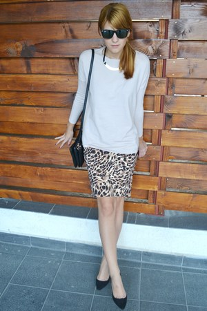 camel miniprix skirt - neutral Zara sweater - black Micheal Kors bag