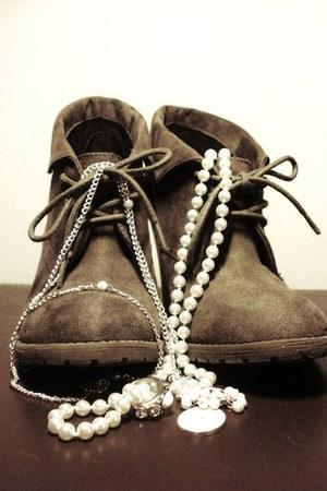 Din Sko heels - ivory pearl unknown brand necklace - ivory pearl unknown brand r
