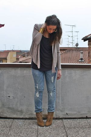 beige H&amp;M cardigan - gray H&amp;M shirt - gray H&amp;M jeans - beige Zara shoes - gold v