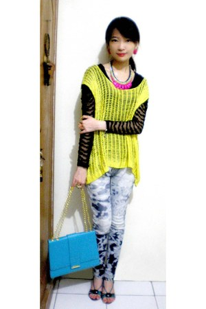 light blue tie dye jeans - sky blue bag - black lace top - yellow knitted vest