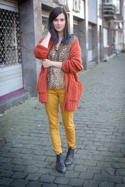 gold pants - carrot orange cardigan