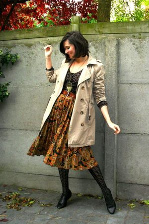 brown top - orange skirt - beige coat - black tights - black shoes - gold neckla