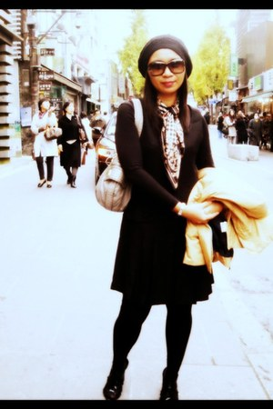 Nine West shoes - Fendi scarf - Guess bag - Gucci glasses