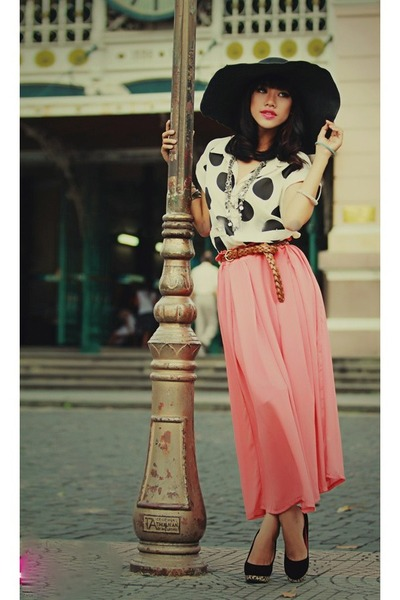 salmon long skirt skirt - black hat - white blouse - bronze braided belt