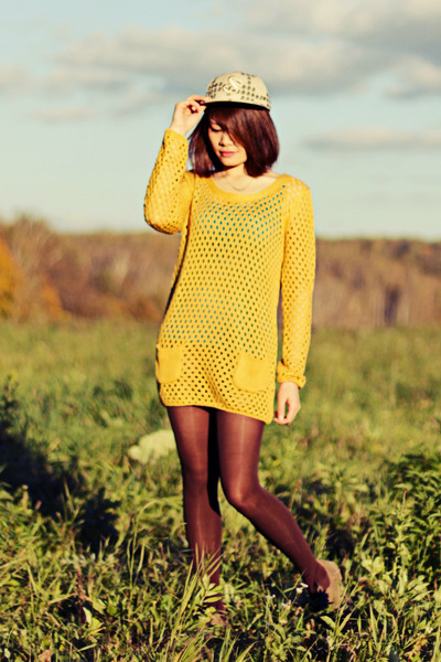 hat - tights - light yellow blouse