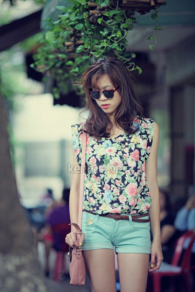 bubble gum floral print top - pink bag - light blue shorts - dark brown belt