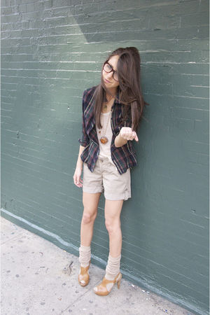 beige James Perse shorts - beige TheRow top - beige SockTheory accessories - bei