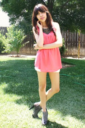 pink f21 blouse - white Levis shorts - gray Steve Madden boots - black UO neckla
