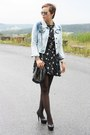 Black-star-printed-dress-periwinkle-jeans-noname-jacket-black-pieces-bag