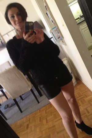 H&amp;M sweater - Ugg boots - black leather Urban Outfitters shorts