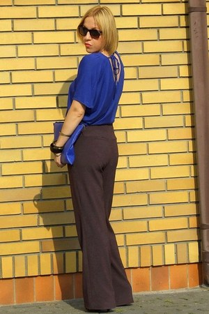 blue top - dark brown pants