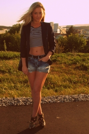 gold high heels shoes - blue blazer - black purse - blue denim shorts