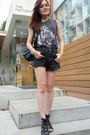 Black-denim-shorts-black-sandals-gray-tiger-print-t-shirt-silver-bracelet