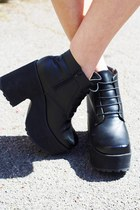 90s Style Black Lace Up Platform Boots!