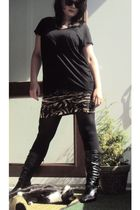 black GINA TRICOT t-shirt - brown GINA TRICOT skirt - black Prisma shoes - black