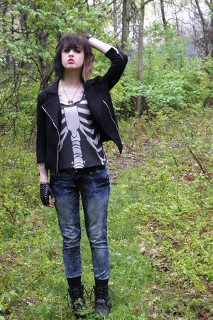 gray thin ribcage top - black guckled Thrift Store boots