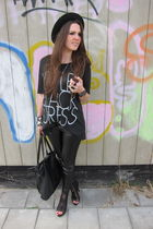 black oversized Urban Outfitters t-shirt - black heels Zara