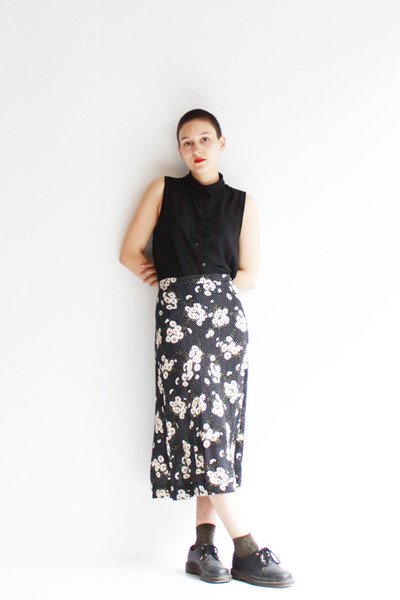 white daisy print Caesar Pony vintage skirt - black three hole docs shoes