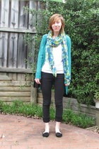 black jeans - green accessories