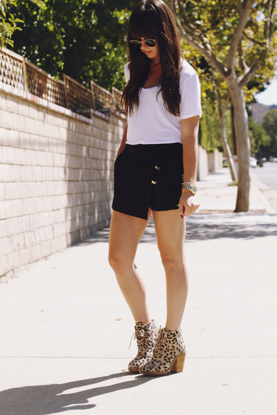 Camel-leopard-boots-black-asymmetrical-shorts-white-t-shirt_400