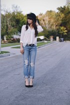 sky blue boyfriend jeans - white blouse - black pumps