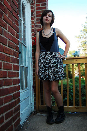 Silver-thrifted-necklace-gray-gifted-vest-black-my-sisters-t-shirt-white-f