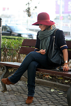 ruby red vintage hat - tawny suede Zara boots - navy Levis jeans