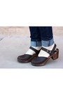 Dark-brown-ugglebo-clogs-clogs-blue-levis-jeans-blue-gap-blouse