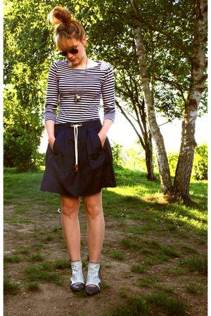 vintage shoes - Zara skirt - Naf Naf t-shirt - rayban sunglasses
