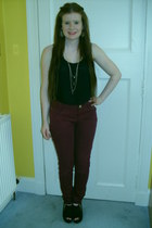 berry coloured jeans - top - black gold zip wedges - necklace