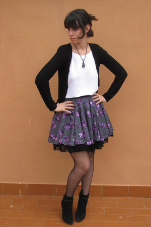 black hell bunny skirt - black Andrea Morelli boots - white Gap t-shirt