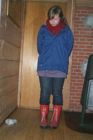 red boots - navy jeans - blue rainjacket Helly Hansen jacket