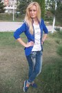Blue-jeans-white-t-shirt-blue-cardigan