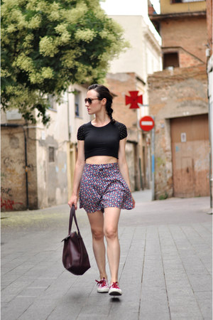black cropped DIY top - crimson tote Zara bag - purple Tiralahilacha shorts