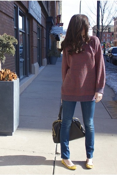 navy skinny Level 99 jeans - magenta Leith sweater - black JCrew bag