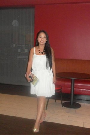 white dress - peach pumps - black necklace