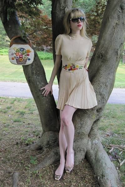 beige vintage dress - black Chanel sunglasses - gold vintage necklace - blue bra