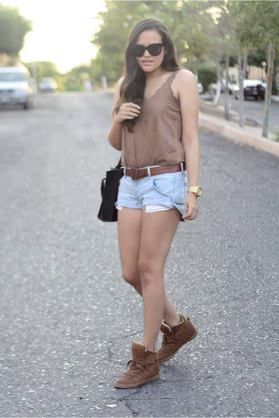 light blue vintage Levis shorts - brown wedge Pull and Bear sneakers
