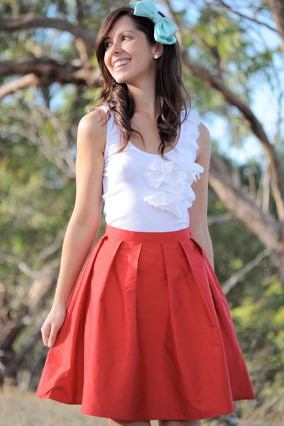 Red-krista-hochwallner-skirt-white-kookai-top-blue-accessories_400