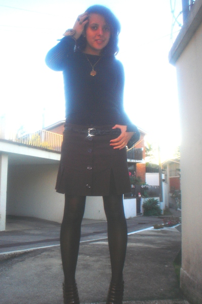 black top - brown skirt - black belt - brown tights - brown boots - gold accesso