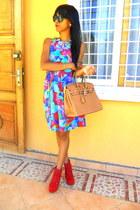 mustard bag - red Litas like boots - aquamarine Flower Print dress